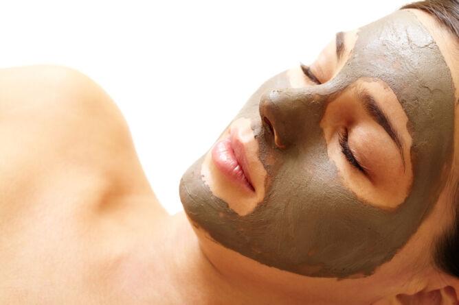 Przed nartami maska z alg (Shutterstock)