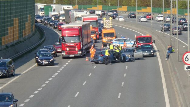 Rozbite auta blokowały S8. Dwie osoby trafiły do szpitala