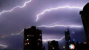 Spektakularna burza szturmowała miasto. Drapacz chmur rażony piorunami raz po raz