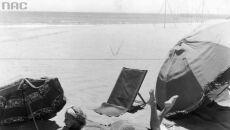 Aktorka Grace Moore na plaży w Kalifornii, 1934-1935