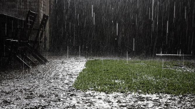 Groźny intensywny deszcz. IMGW ostrzega też przed silnymi porywami wiatru