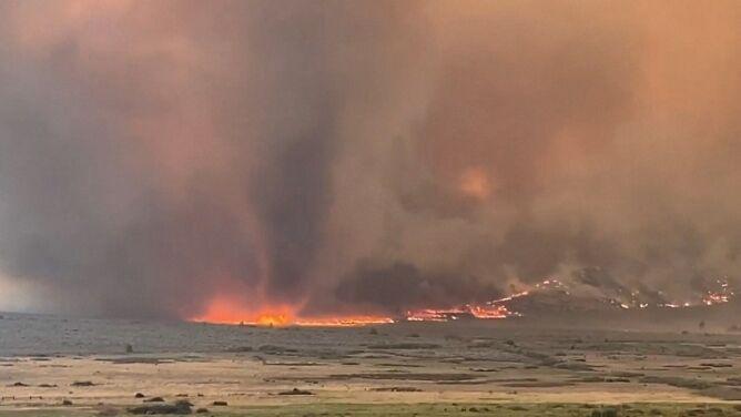 Wirujący słup płomieni. <br />Ogniste tornado w Kalifornii